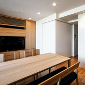 <p> キッチンよりリビング─子供たちの遊び部屋を見る: 子供たちの遊び部屋は、壁のようになる大型の建具を閉じることで将来は寝室に </p>