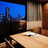 <p> リビングからバルコニーを見る: バルコニーには、神戸の夜景を見ながら晩酌できるよう、カウンターを設けました。余った床材を置いただけの簡易なものですが、外部空間は積極的に使いたいと思っています </p>
