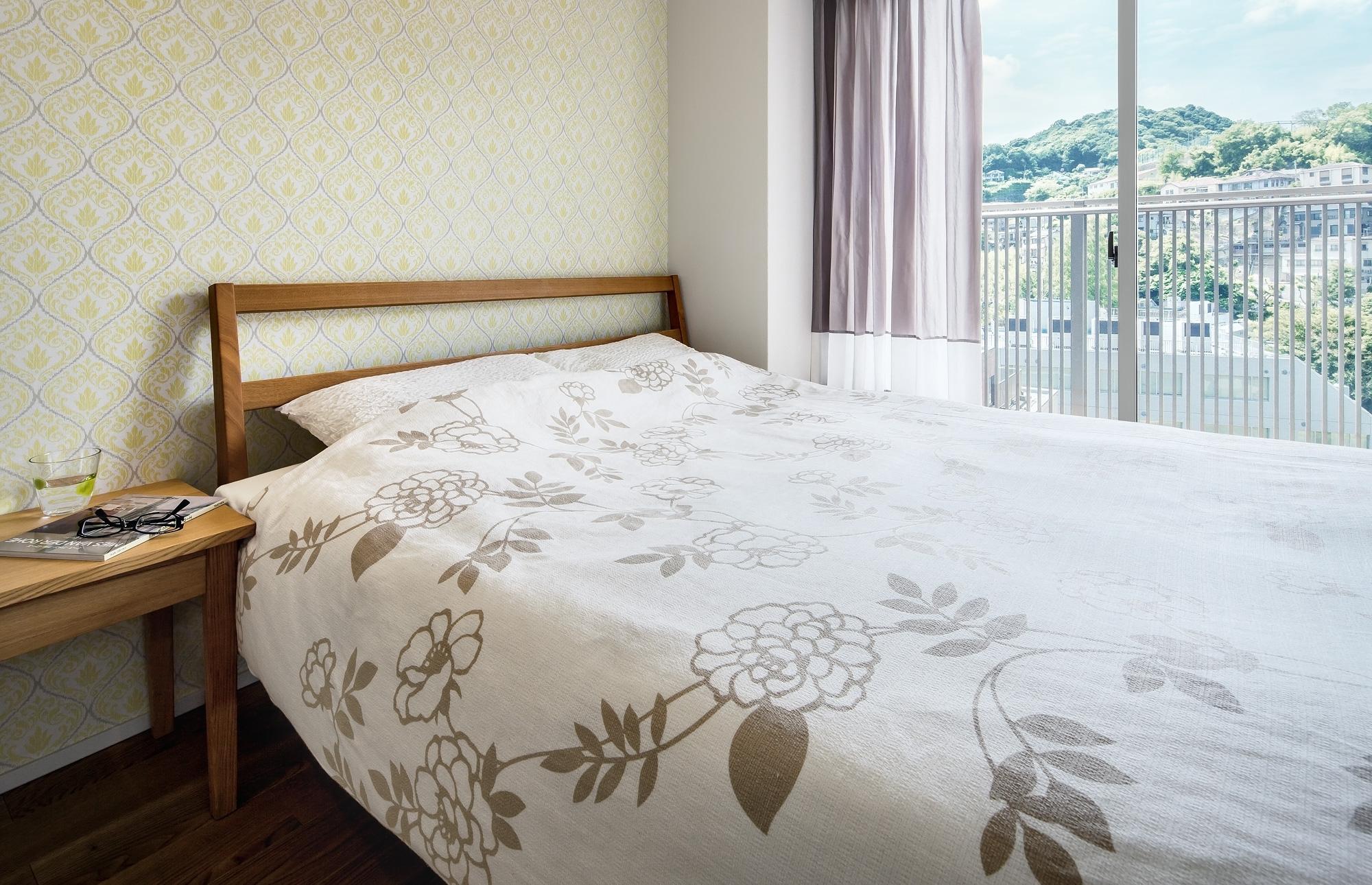 寝室: 壁面にはフランス製紙クロス。お気に入りに囲まれた心地よい空間