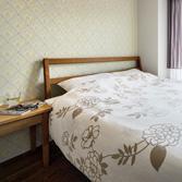<p> 寝室: 壁面にはフランス製紙クロス。お気に入りに囲まれた心地よい空間 </p>