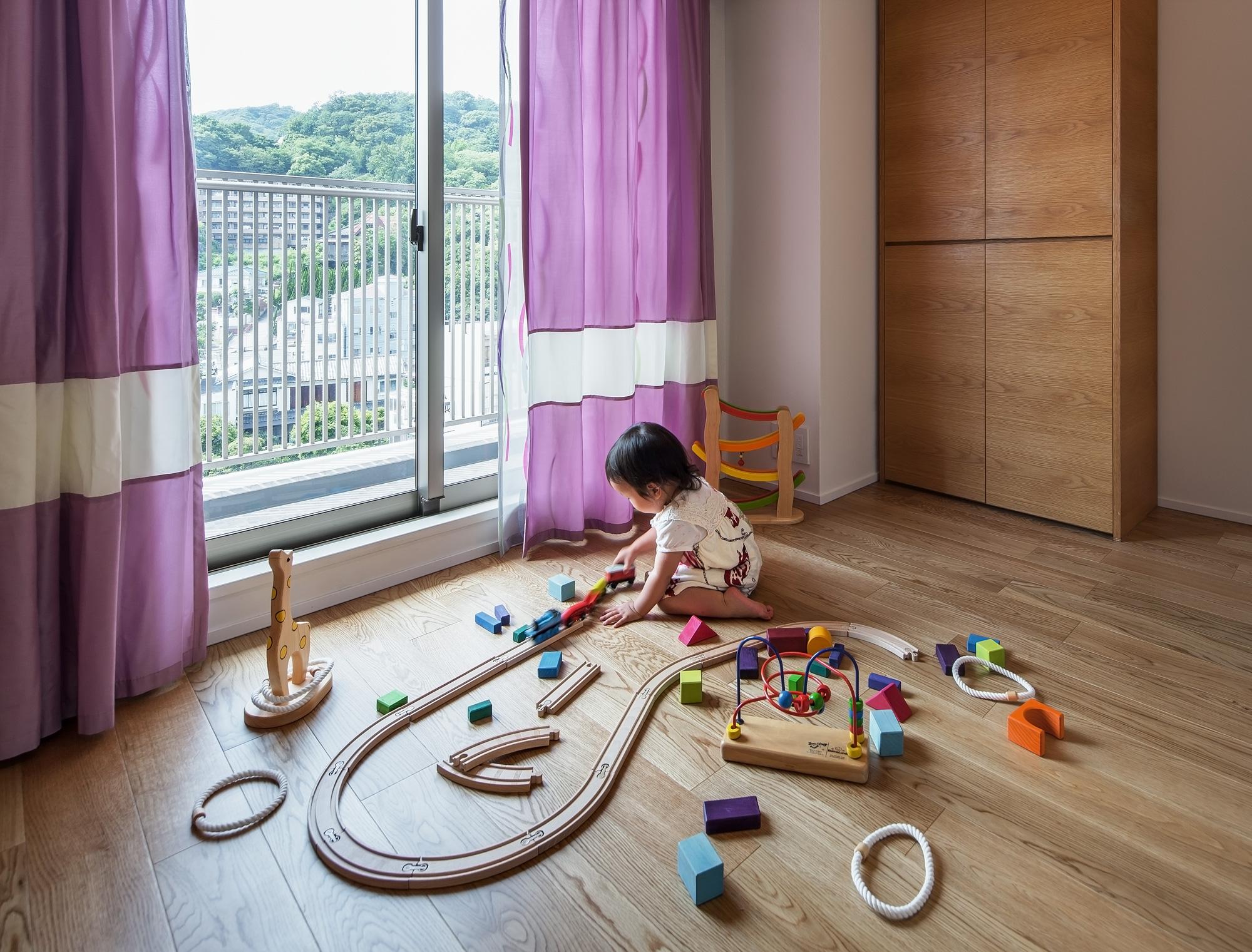 将来の子供部屋: 思いきった色のカーテンを使い、遊び心のある空間にしました