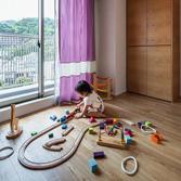 <p> 将来の子供部屋: 思いきった色のカーテンを使い、遊び心のある空間にしました </p>