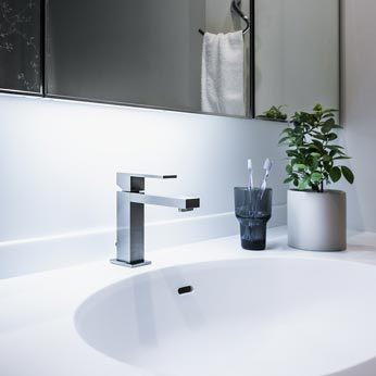 <p> 洗面室: カウンターと水栓を交換して洗面台の印象を変えました。既存のキャビネットを利用することでコストを抑えています </p>