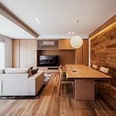 <p> LDK: 床、造作家具、壁にはオークを用い、部屋全体を明るく、優しい印象に。壁に貼ったフローリング材をL型の間接照明で印象的に演出しています </p>