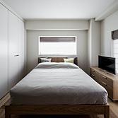 <p> 主寝室: 白を基調としたデザイン。収納の扉も白にして、壁のようにみせています </p>