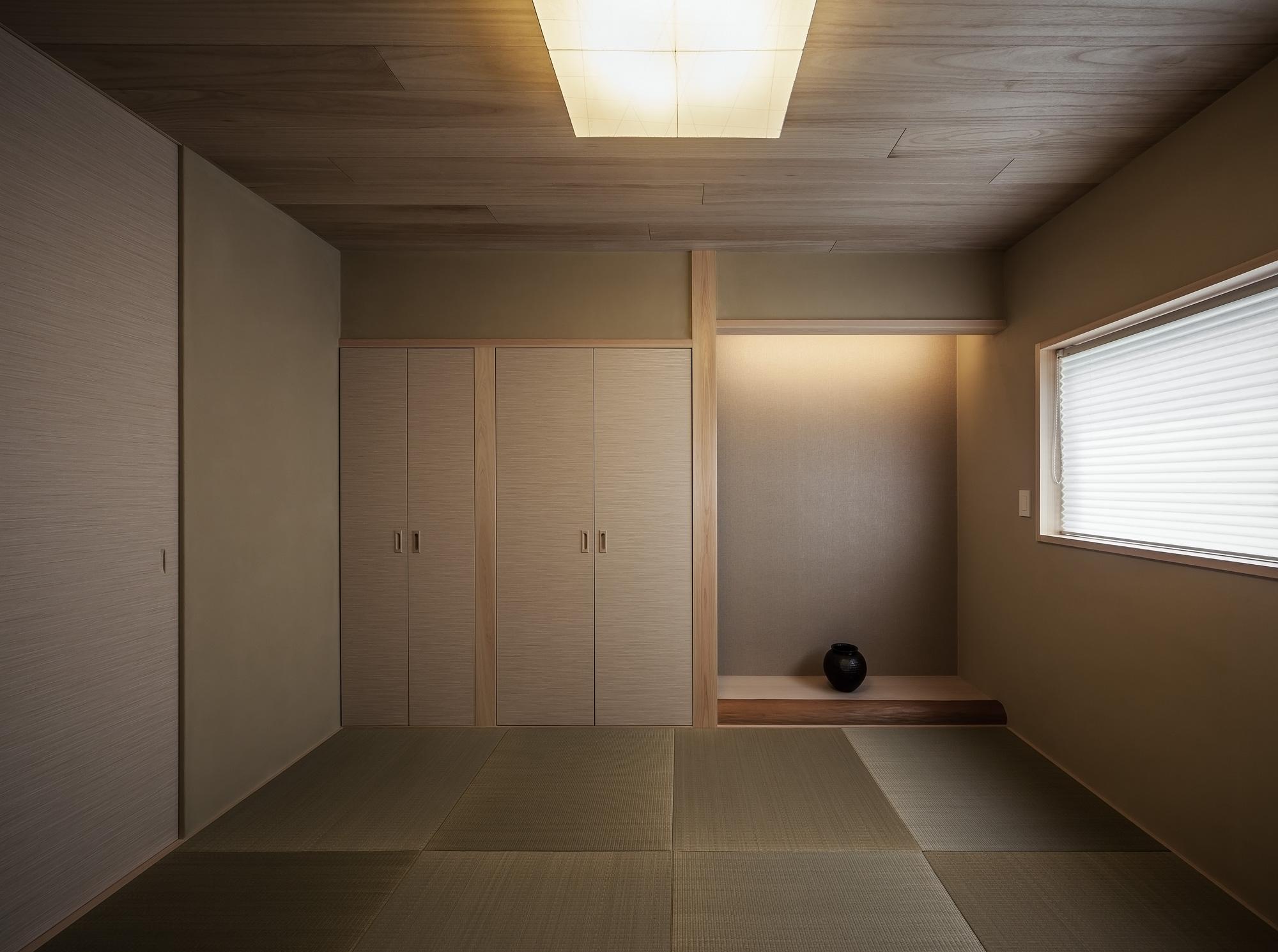 和室: 天井は桐の板張り。畳は縁無し、襖も襖縁を設けない「坊主襖」にして、余分なラインをなくしたシンプルでモダンな印象。床框はリフォーム前の床柱を加工して再利用しています