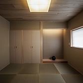 <p> 和室: 天井は桐の板張り。畳は縁無し、襖も襖縁を設けない「坊主襖」にして、余分なラインをなくしたシンプルでモダンな印象。床框はリフォーム前の床柱を加工して再利用しています </p>