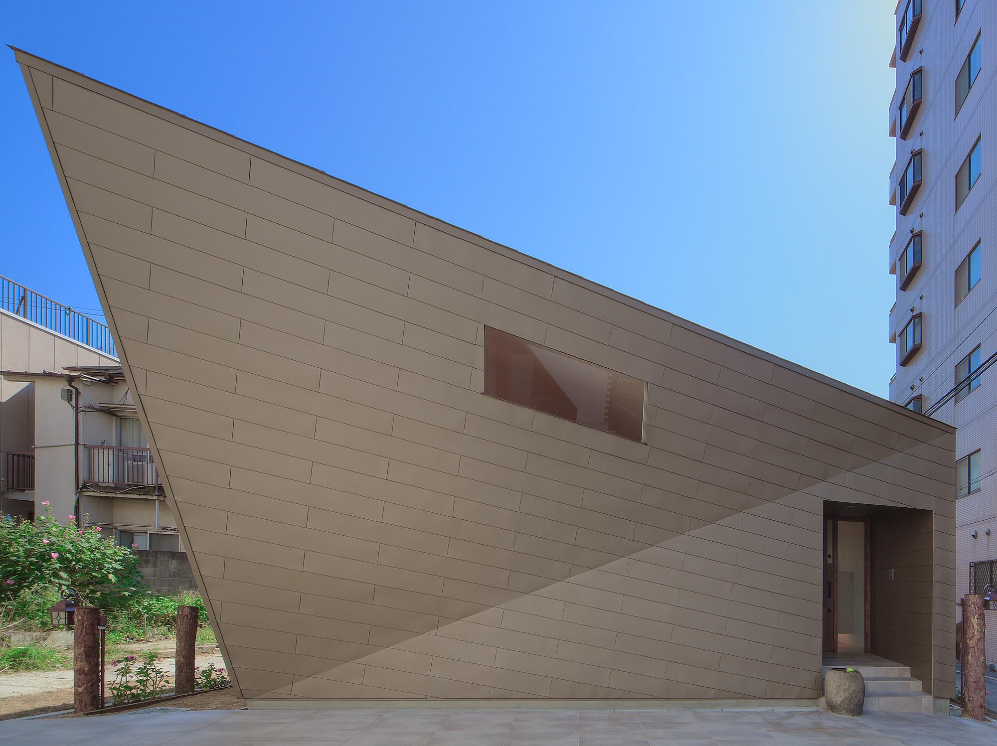 北面外観2: 屋根・壁はおりがみのように平面だけで構成されています