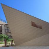 <p> 北面外観2: 屋根・壁はおりがみのように平面だけで構成されています </p>