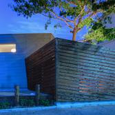 <p> 南面夕景: すまうら文庫と同じ歳、樹齢30年のクヌギと、新たな建物が互いを際立たせています </p>