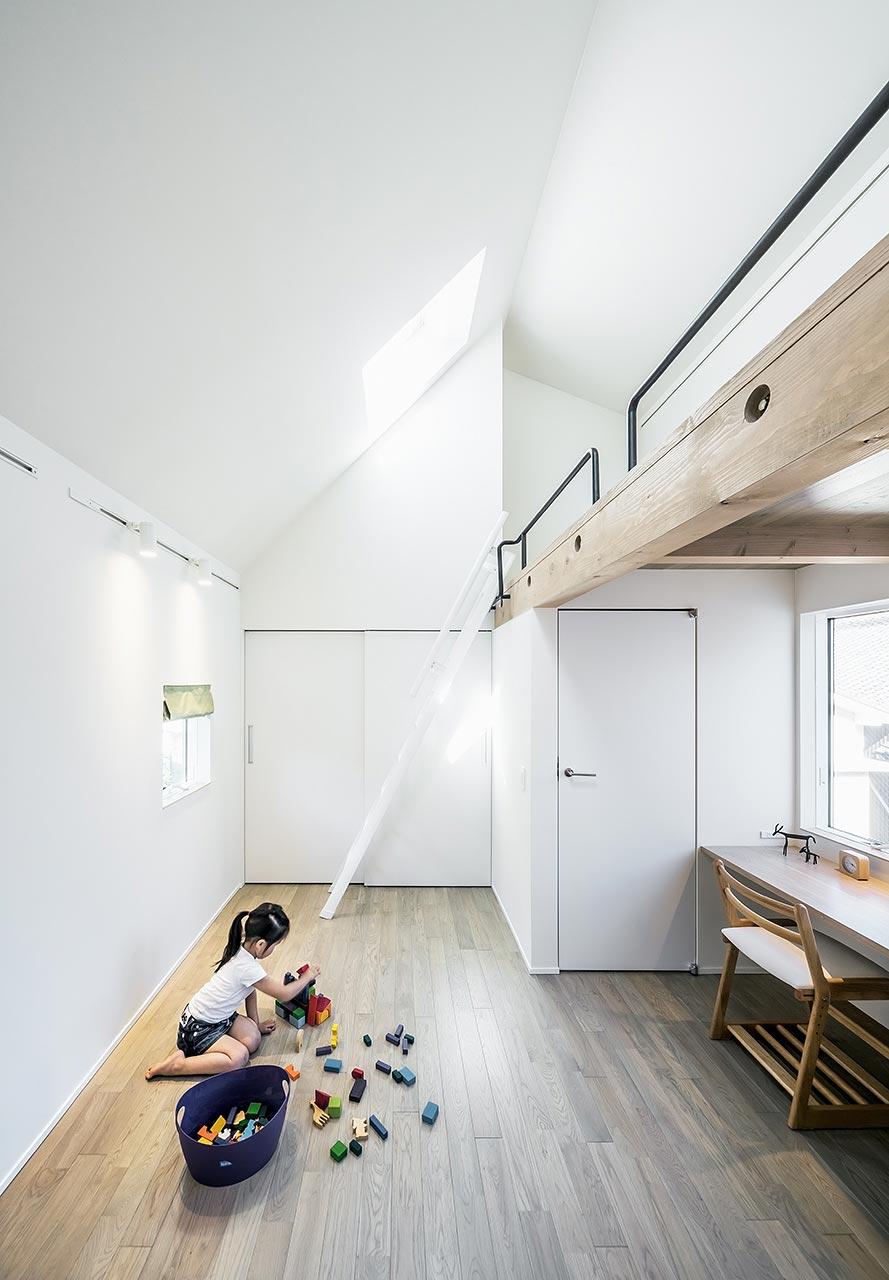 プレイルーム: 将来はこのスペースの真ん中に間仕切りをすることで、子供たちの個室ができあがる可変プランとしています