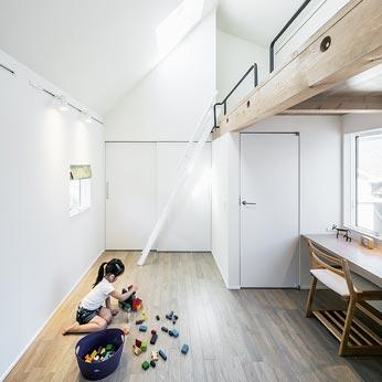 <p> プレイルーム: 将来はこのスペースの真ん中に間仕切りをすることで、子供たちの個室ができあがる可変プランとしています </p>