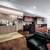 <p> LDK全景: 愛鳥の家はタモ材のホワイトオイル仕上げ、その他の部分はウォルナットの濃い色を基調とした空間としています </p>