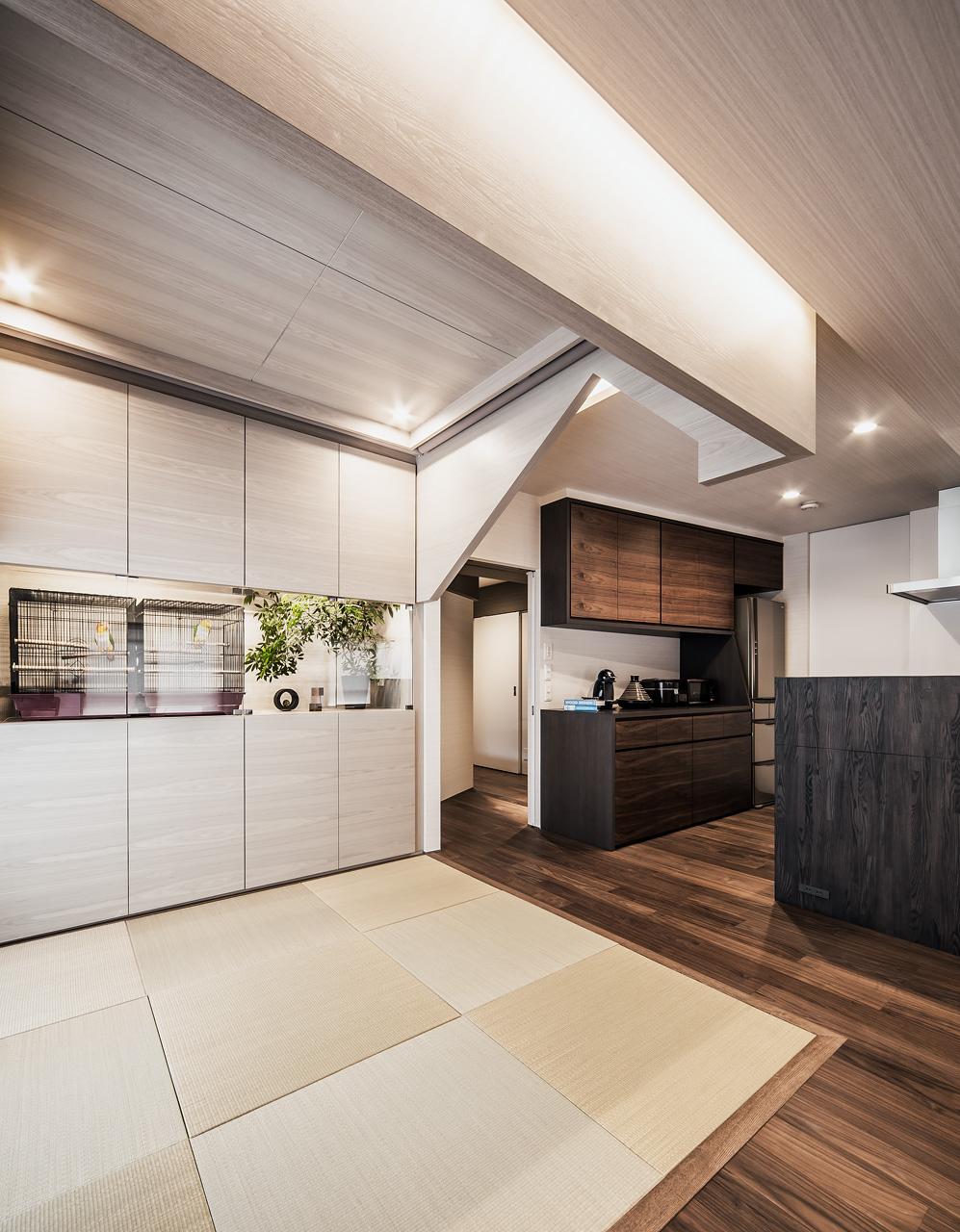 愛鳥の家: 畳に座って心地の良いスケール感となるよう、切妻の天蓋家具を低くつくっています