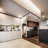<p> 愛鳥の家: 畳に座って心地の良いスケール感となるよう、切妻の天蓋家具を低くつくっています </p>