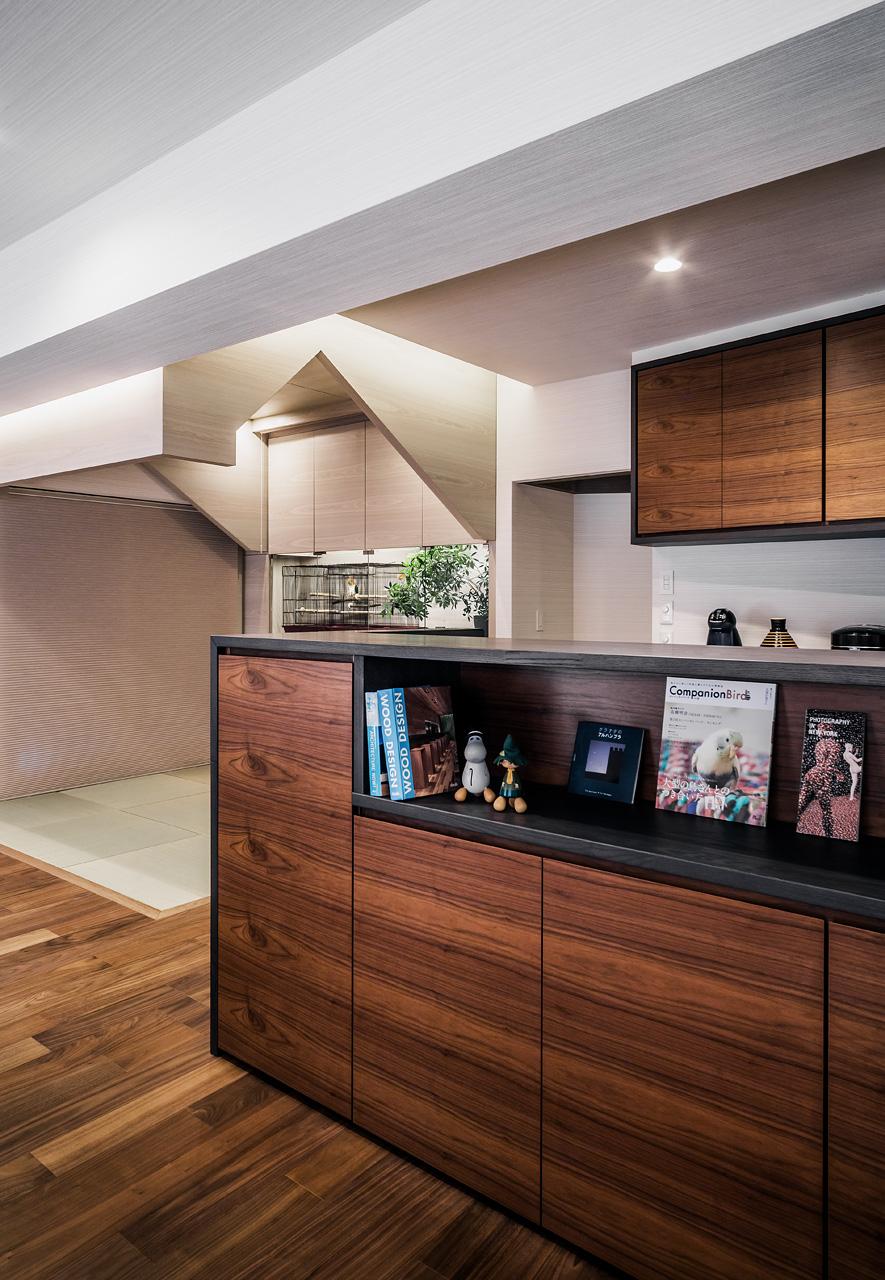 愛鳥の家: 天蓋家具の周囲には間接照明を仕込み、その他の天井と切り離された存在となるようにデザインしました