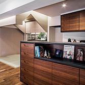 <p> 愛鳥の家: 天蓋家具の周囲には間接照明を仕込み、その他の天井と切り離された存在となるようにデザインしました </p>