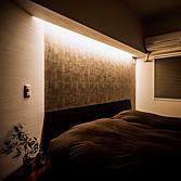 <p> ベッドルーム: 異なる素材を際立たせるために設置した、壁ぎわの間接照明は調光機能つきで、常夜灯の役目も果たします </p>