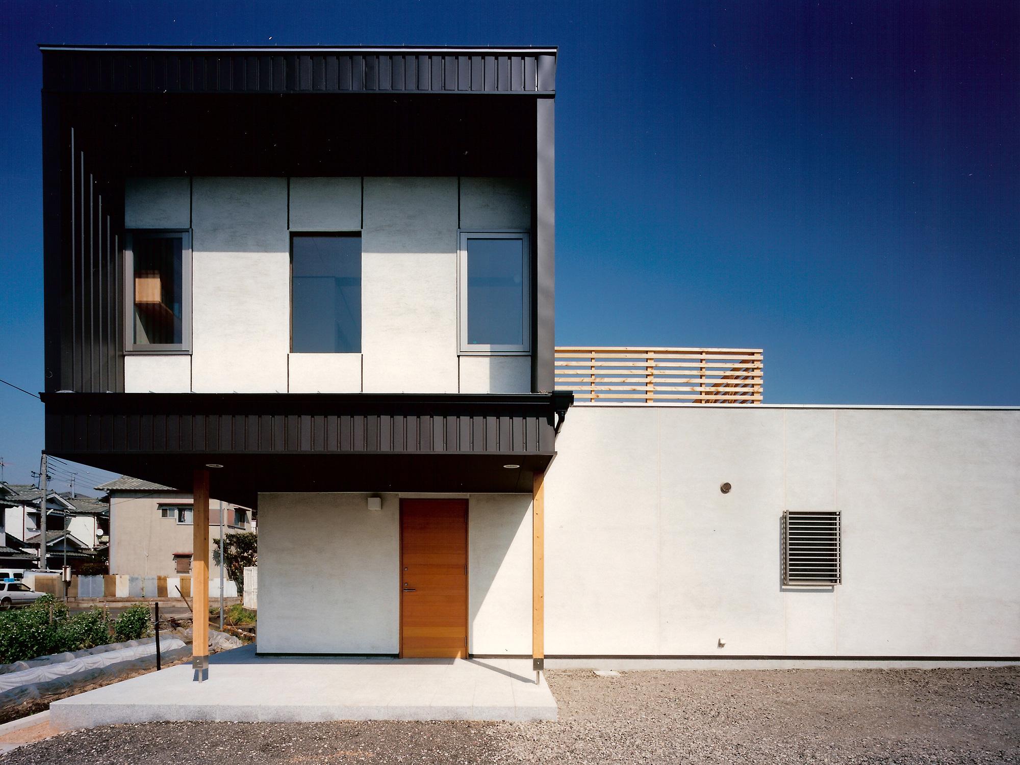 正面外観: せり出した2階は長女のプライベートな空間。生活のかたちが空間構成に反映され、外観がつくりだされました