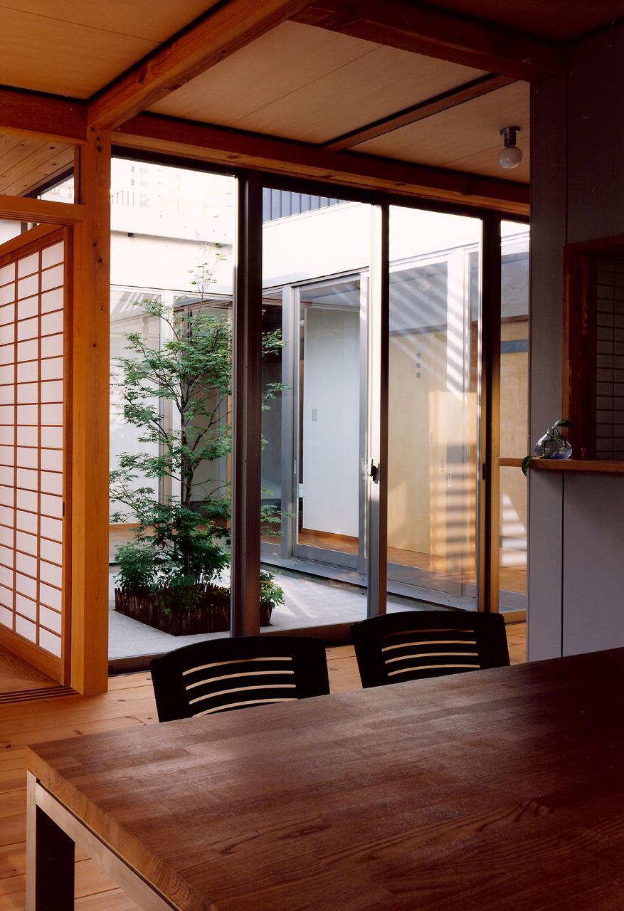LDKから中庭を見る: どこにいても中庭を通じて家族の気配を感じ取ることができます