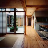 <p> リビングからキッチンと中庭を見る: 中庭に沿った廊下はいつも光に溢れています </p>