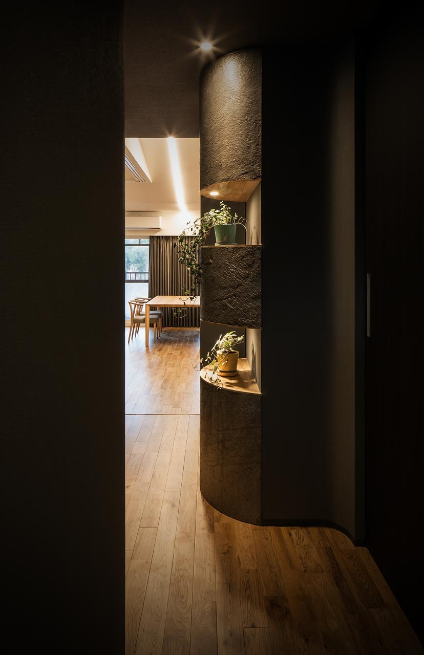 玄関からLDKをのぞむ:半円筒型の飾り棚