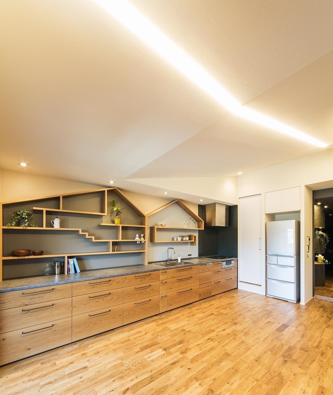 全長5メートルのキッチン。床はあたたかみのあるオークの無垢材にこだわりました