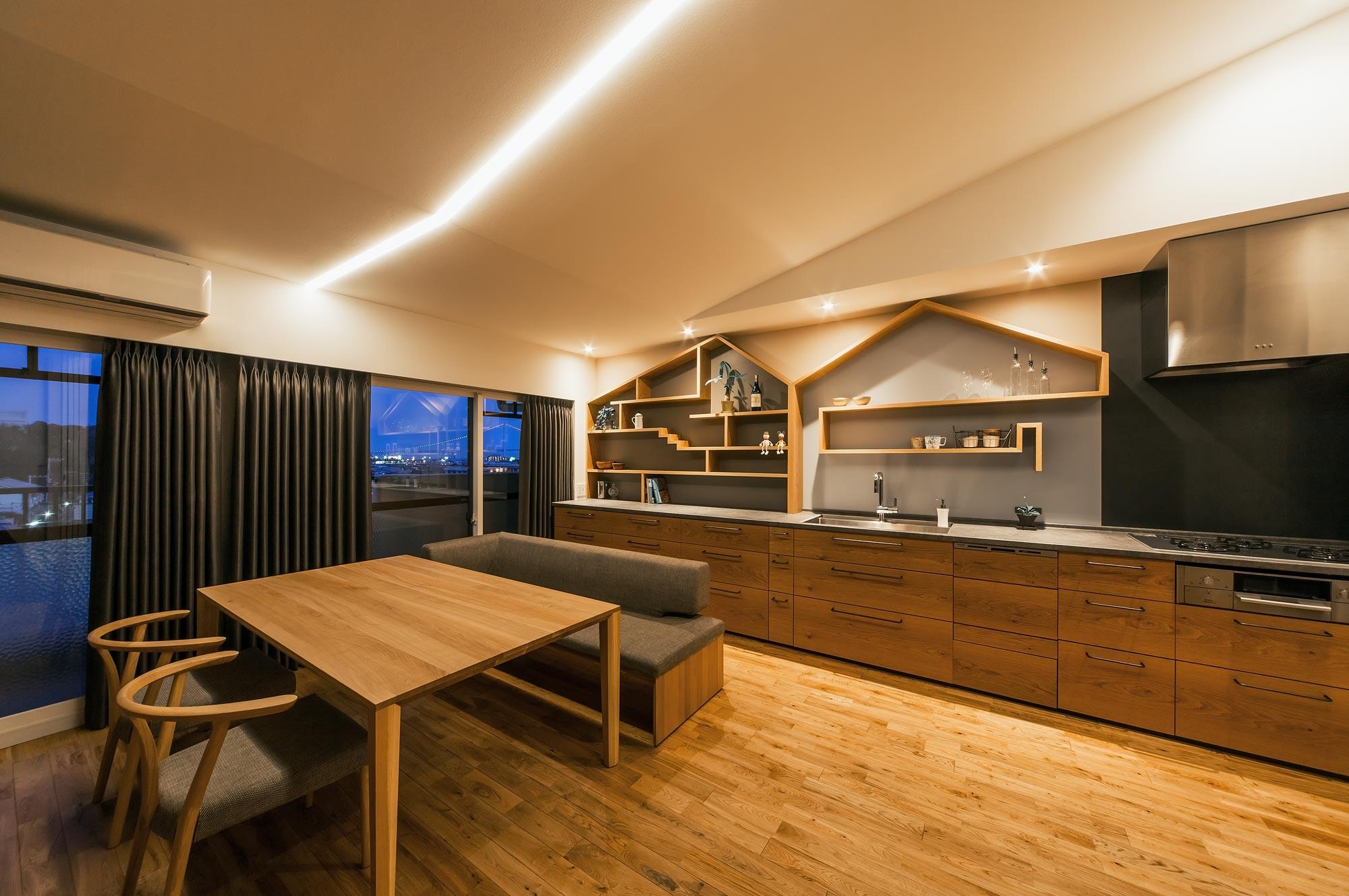 夕景:キッチンのすこしかわいらしい飾り棚のデザインは、窓のそとにみえる明石海峡大橋へとつながっていくイメージ。空のひろがりをいつも感じられる空間に