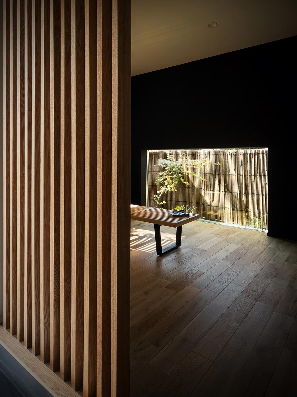 <p> 1階プレイルーム:地窓が坪庭の緑を切り取ります </p>