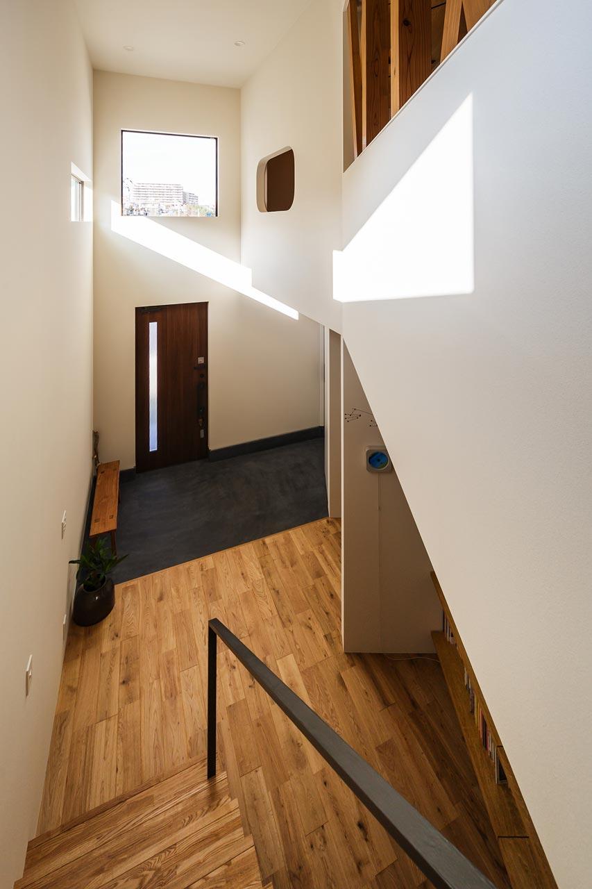 2階から玄関をみる: 右手奥の開口部は、和室の窓となっています
