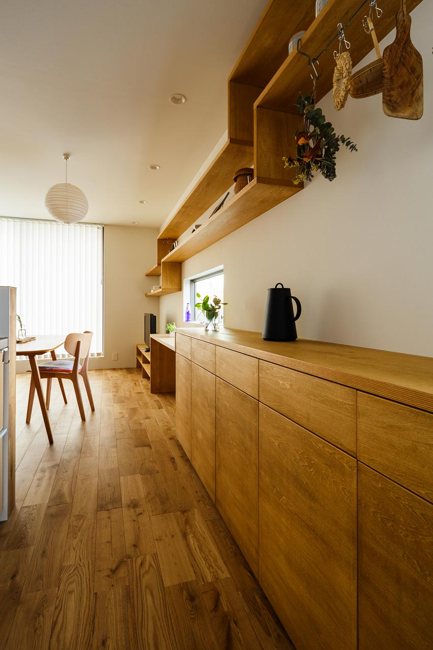 キッチンの収納と飾り棚: 天然木の表情を大切にしました