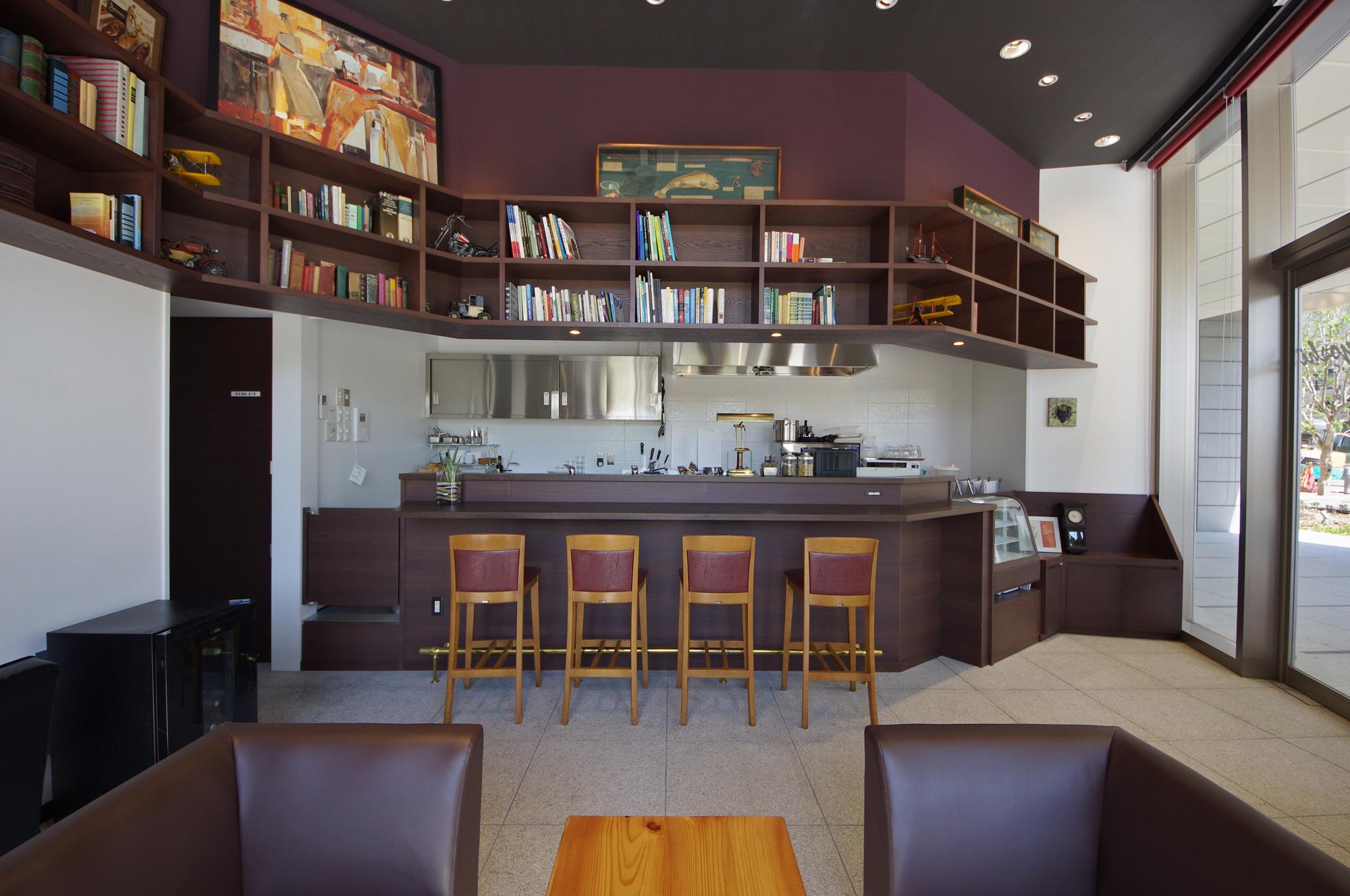キッチンをのぞむ: オープンカウンターのキッチン上部にも本棚が
