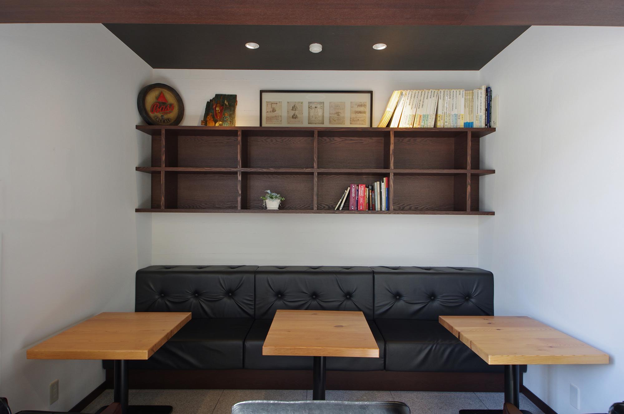 客席: 店内奥のブースは落ち着いてくつろげる空間となるよう、天井高を低く設定しています