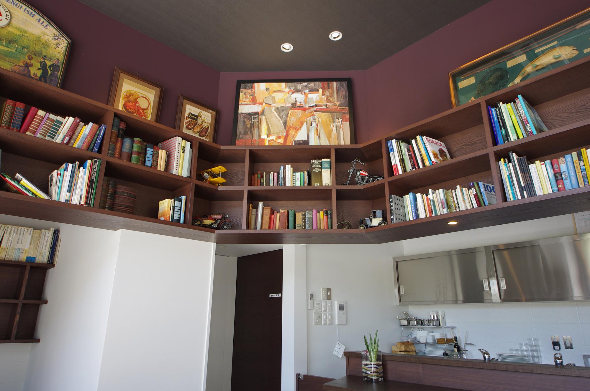 本棚: 古今東西のさまざまな本や絵、模型などがディスプレイされ、知的で楽しい雰囲気に