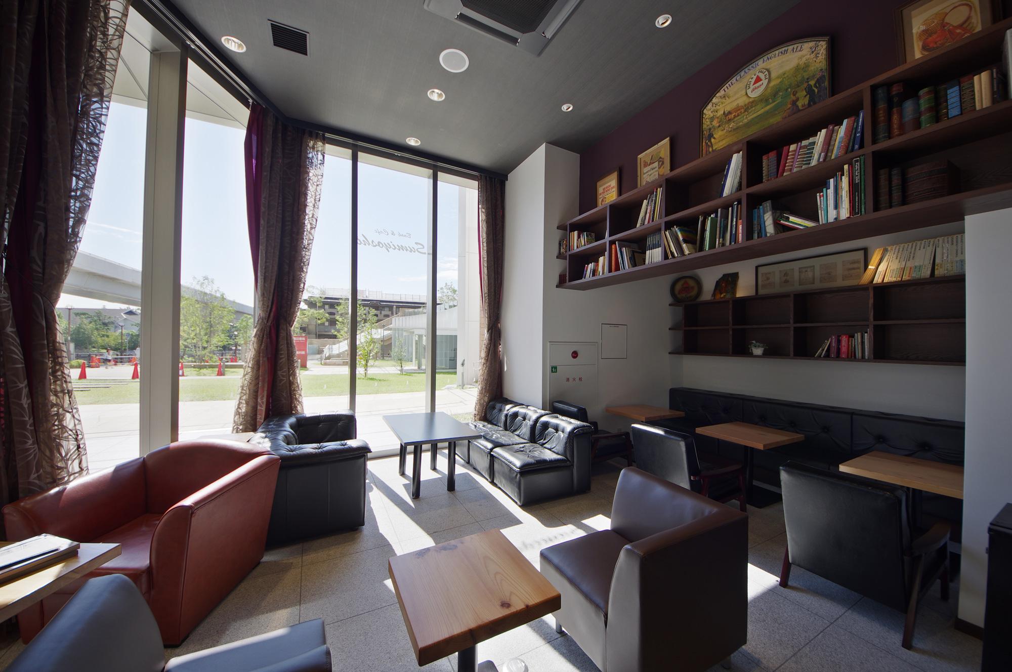 店内から外部を見通す: 新しく整備された東灘図書館の緑を借景としています